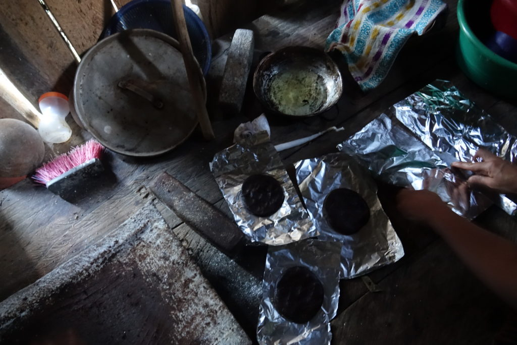apprendre le processus de fabrication du chocolat dans une famille au Guatemala