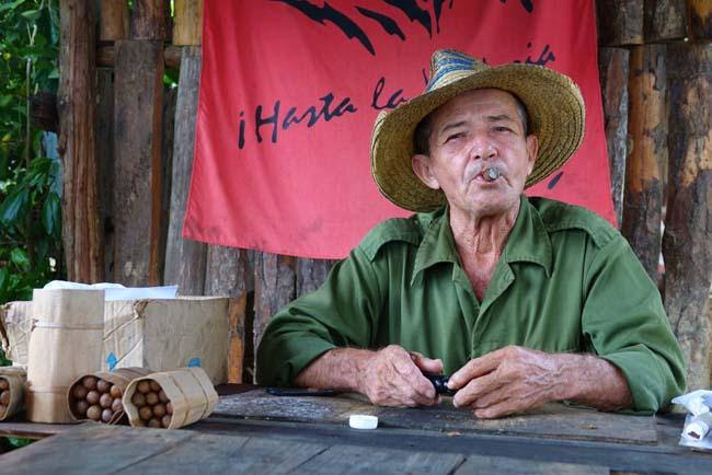 Voyager à Cuba et boire du rhum en fumant un cigare
