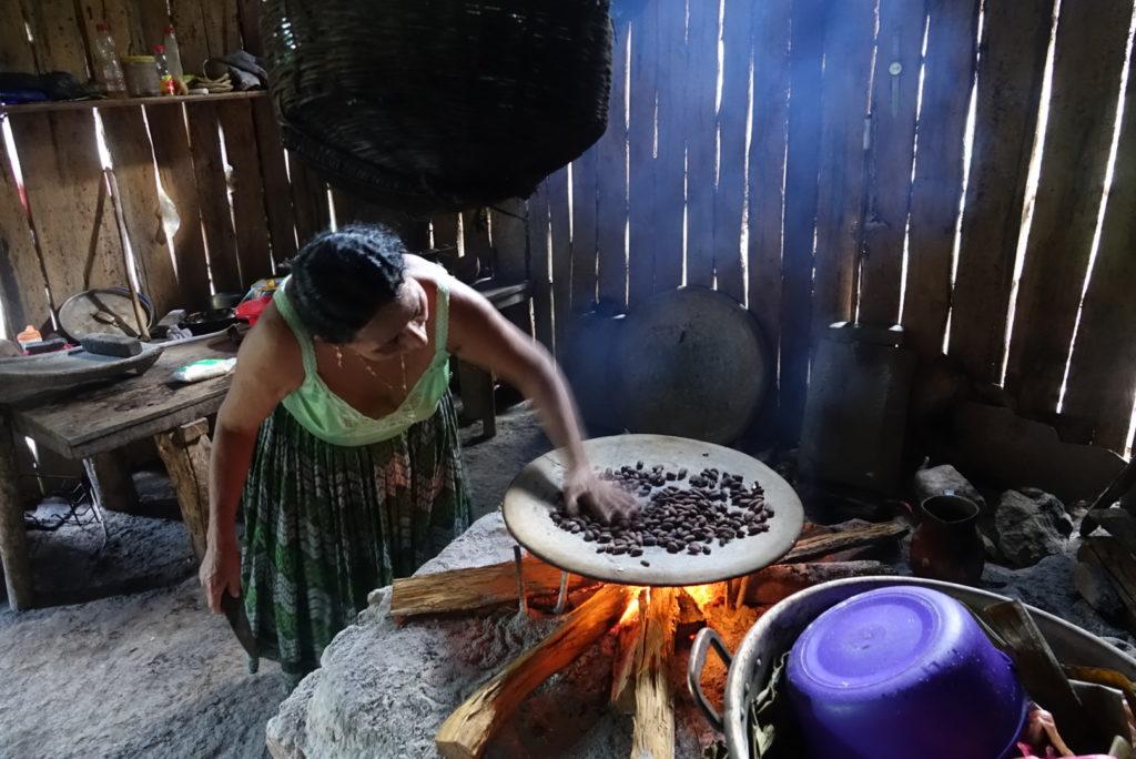 apprendre la confection du chocolat dans une famille au Guatemala