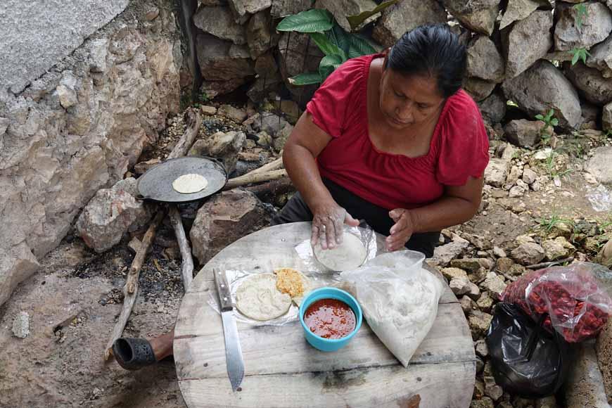 Tortilla et sauce pimentée dans un village maya